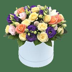 Розы и лизиантусы в коробке