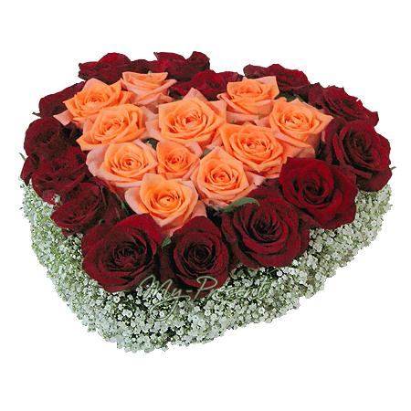 Сердце из роз украшенных гипсофилой