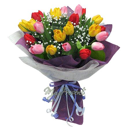 Букет из разноцветных тюльпанов, украшенный гипофилой в Челябинске