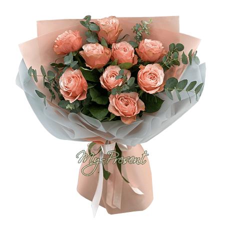 Букет из розовых роз (60 см), оформленный в фетр