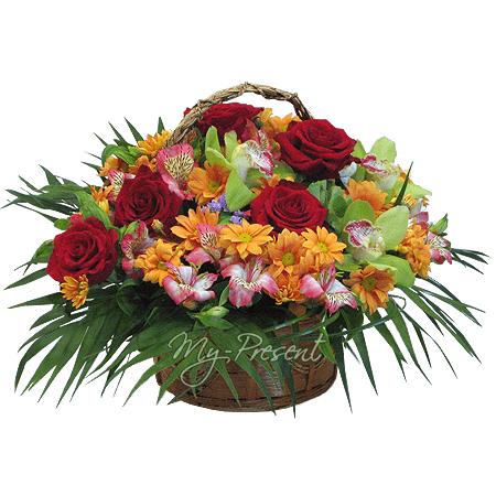 Корзинка с розами, орхидеями, альстромериями , украшенная зеленью