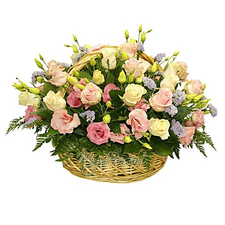 Корзина с розами и лизиантусами