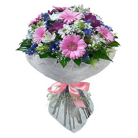 Букет из гербер, альстромерий, хризантем, украшенный зеленью в Краснодаре