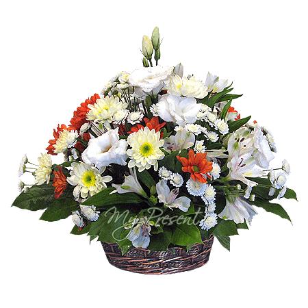 Корзинка с альстромериями и хризантемами, украшенная зеленью