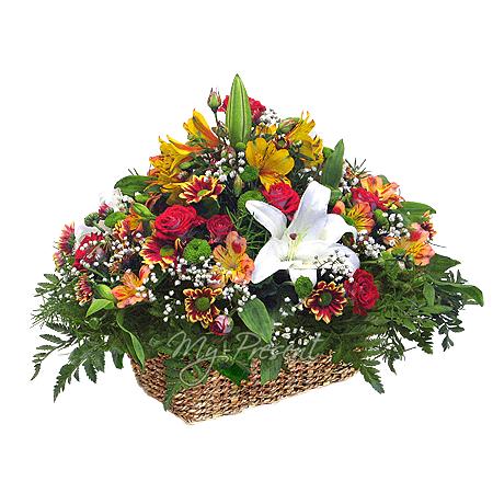 Корзинка с розами, лилиями, альстромериями , украшенная папоротником и гипсофилой