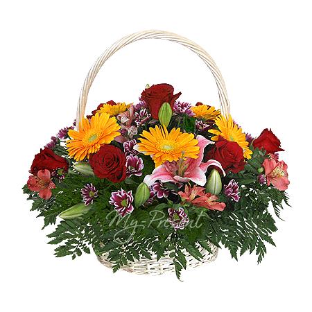 Корзинка с розами, герберами, альстромериями , украшенная папоротником