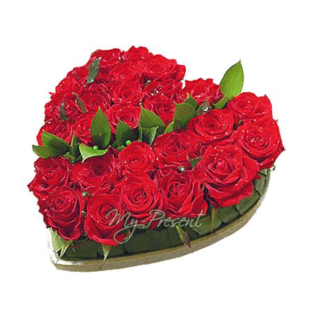 Копозиция из красных роз в форме сердца в Тель-Авиве