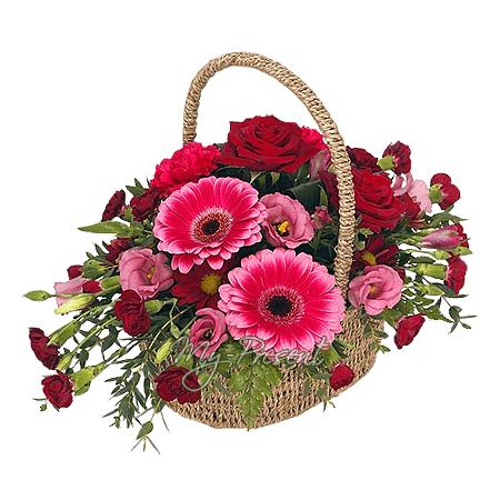 Корзинка с розами, герберами, лизиантусом