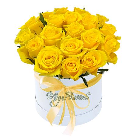 Желтые розы в шляпной коробке в Ростове-на-Дону