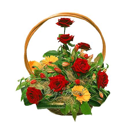 Корзина с розами, герберами, украшенная зеленью