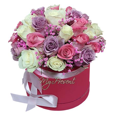 Разноцветные розы в шляпной коробке в Красноярске