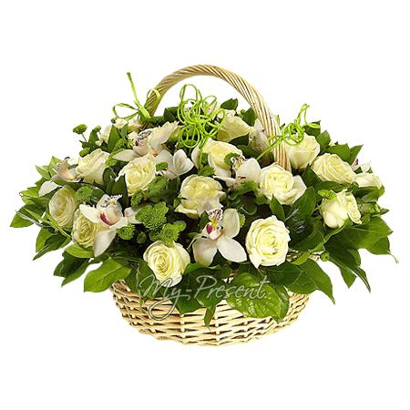 Корзина с орхидеями, розами и хризантемами