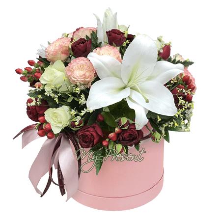 Композиция из роз, лилий, гиперикума