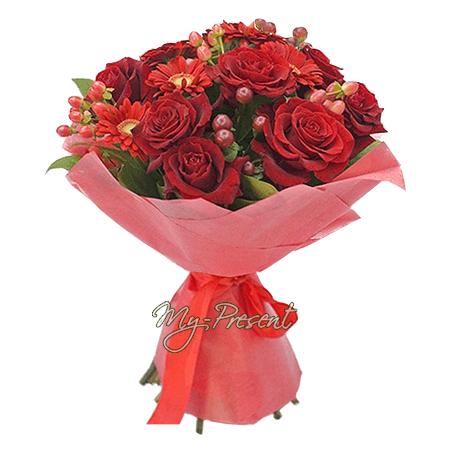 Букет из красных роз, гербер и гиперикума