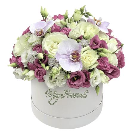 Розы с орхидеями и лизиантусами в шляпной коробке
