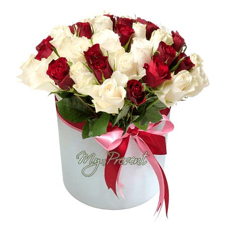 Красные и белые розы в шляпной коробке в Москве