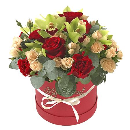 Розы с орхидеями в шляпной коробке