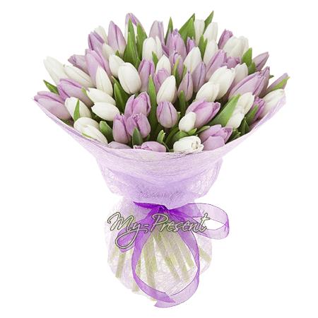 Букет из сиреневых и белых тюльпанов