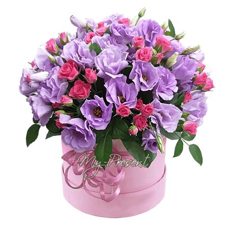 Кустовые розы с лизиантусами в шляпной коробке