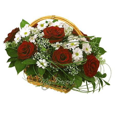 Корзина с розами , хризантемами, украшенная гипсофилой в Лондоне