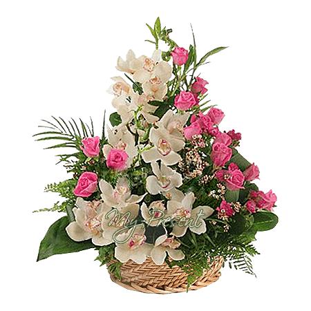 Корзина из орхидей и роз