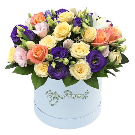 Кустовые розы и лизиантусы в шляпной коробке