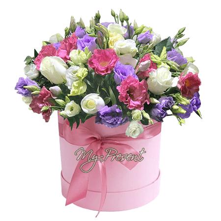Розы и лизиантусы в шляпной коробке