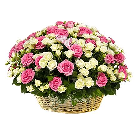 Корзина розовыми и кустовыми белыми розами