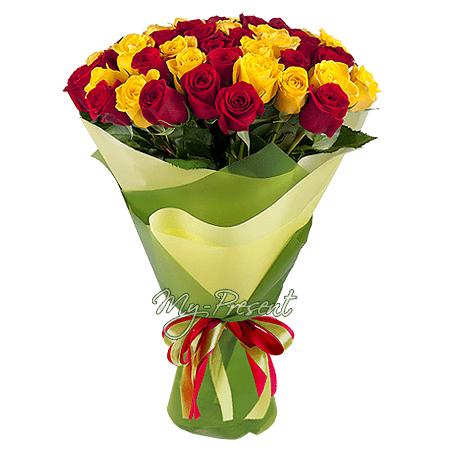 Букет из красных и желтых роз (80 см) оформленный в фетр в Саратове