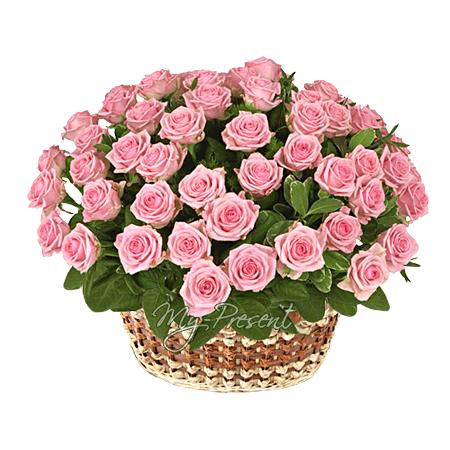 Корзина с розовыми розами в Риме